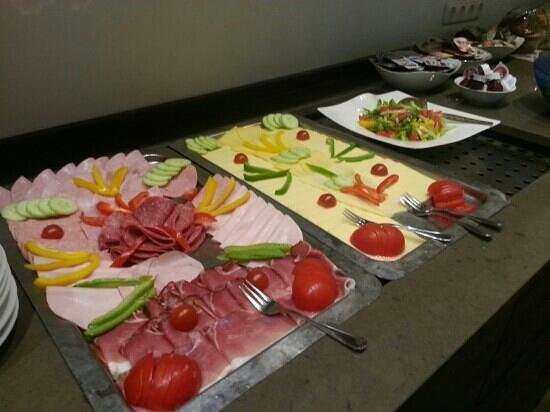 Hotel AM Markt: Free breakfast buffet from 8 am to 9:30. Different to have what we Americans consider lunch meat