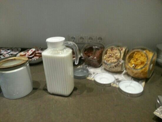 Hotel AM Markt: Milk and cereal offered with breakfast buffet.