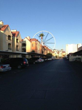 Holiday Inn Club Vacations At Desert Club Resort: リゾートから建築中の観覧車「High Roller」を望む