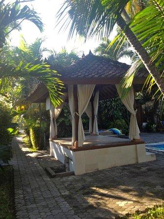 Bumi Ayu Bungalows : by pool