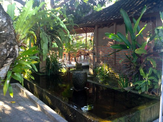 Bumi Ayu Bungalows: by the pool bar