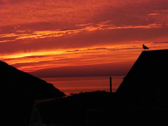 The Island Inn: Most spectacular sunset I've ever seen. This was my view while dining in the restaurant at the I