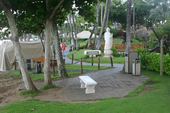 The Westin Maui Resort & Spa: Beachside Smoking Area Next Door at Alii