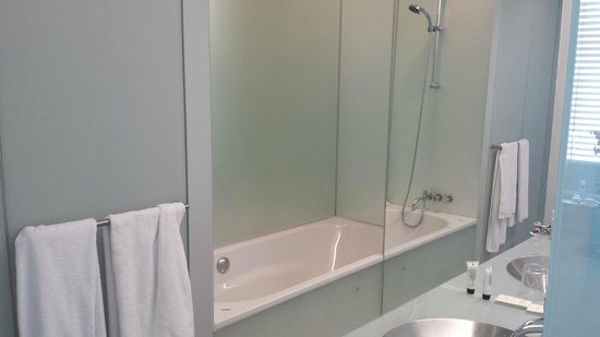 INNSIDE by Melia Munich Parkstadt Schwabing : Bathroom with shower..