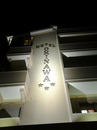 Hotel Okinawa : facciata vista di sera