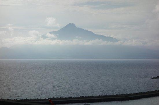Pension U-ni- : ペンションの前の道からの香深港と利尻島の眺め