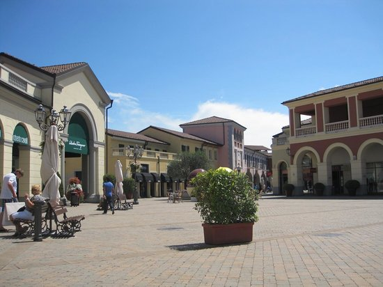 Serravalle shops picture of serravalle designer outlet for Serravalle designer outlet