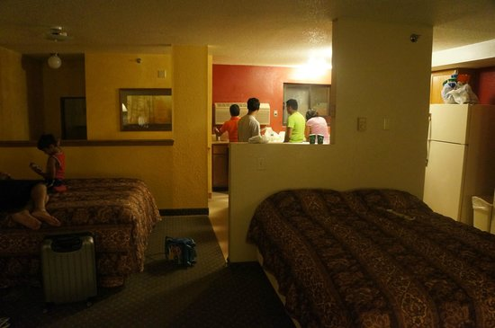 Super 8 Custer/Crazy Horse Area : suit room