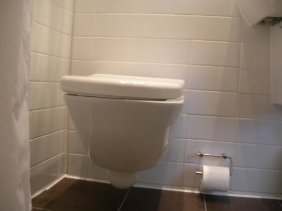Park Grand London Paddington: Placement of toilet roll holder