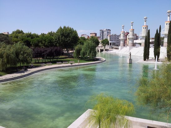 H10 Itaca Hotel: Boating lake and gardens behind Sants Estacion.