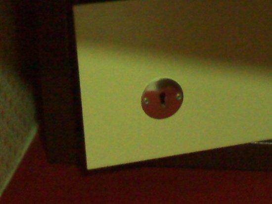 Hotel Spa Montana: Ancient safe with no key!