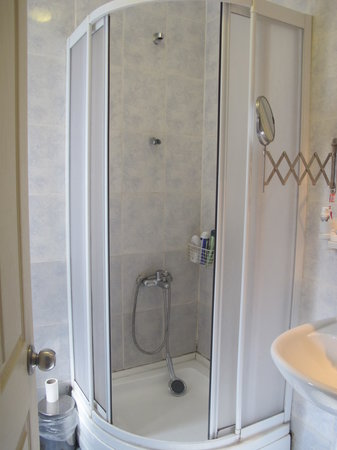 Taksim Galata Fuarev Apartments : Shower stand was broken from the beginning of the stay.