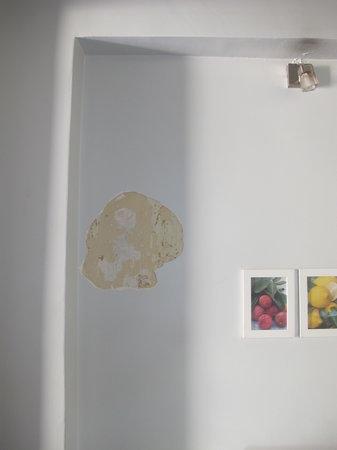 Taksim Galata Fuarev Apartments: Hole in the wall.