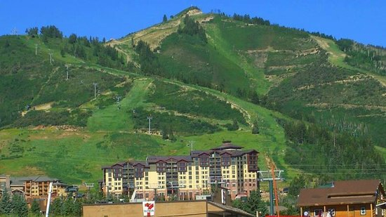 Canyons Grand Summit Hotel: 下から見るとこんな感じです。後ろの山は全部スキー場です。