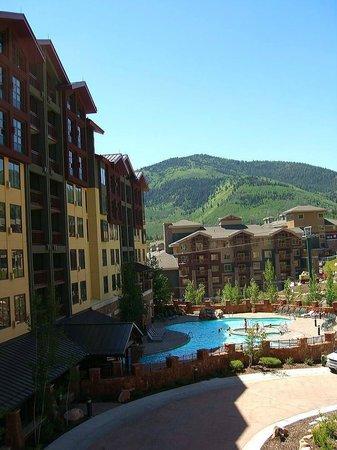 Canyons Grand Summit Hotel: 部屋からプールを望む。プール左側にリラクゼーションがある。