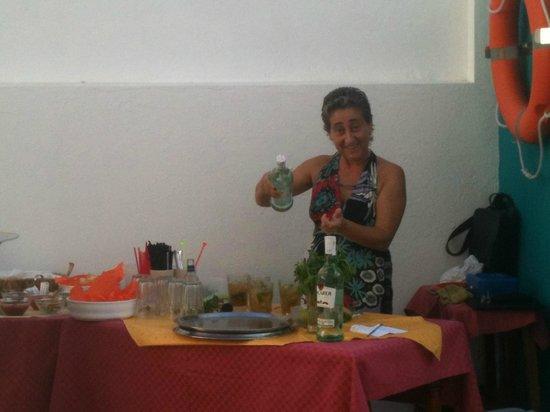 La Casita Hotel: Cinzia la proprietaria durante il mojto party.