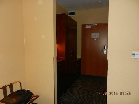 Courtyard by Marriott Warsaw Airport: Inside the room