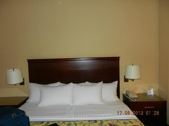Courtyard by Marriott Warsaw Airport: Beds in the room