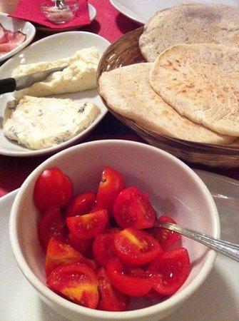 La Panigacceria Signor Bonaventura: panigacci, stracchino, gorgonzola e pomodorini