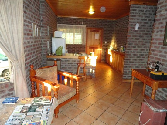 Thaba Tsweni Lodge & Safaris: Lounge and kitchen