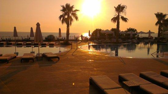 Pomegranate Wellness Spa Hotel: Πηγαίνοντας στο εστιατόριο για το δείπνο δίπλα στις πισίνες