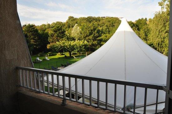 Best Western Plus Clos Syrah : avec la grand toit blanc....