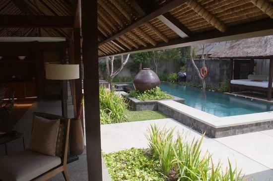 Kayumanis Jimbaran Private Estate & Spa : Living room and swimming pool
