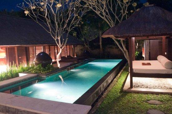 Kayumanis Jimbaran Private Estate & Spa : Swimming pool at night