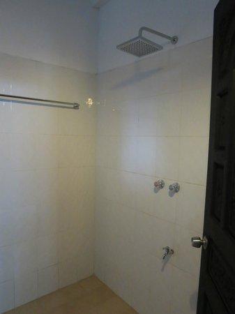 Aquarius Inn : bathroom with rain shower