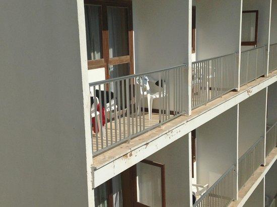 Playas Arenal: Balkon fehlen Sicherheitssprossen im 5. Stock. Lebensgefahr.