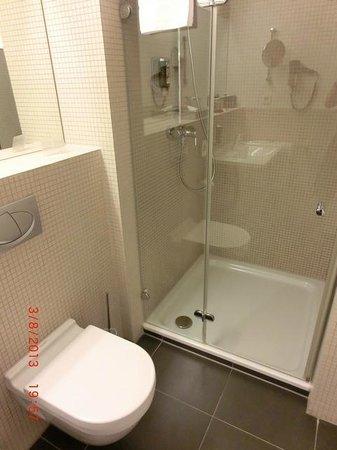 arcona MO.HOTEL : Badezimmer mit großer Dusche