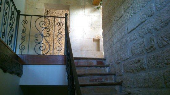 Château Sainte Colombe : Escalier pour Chambre Rouge