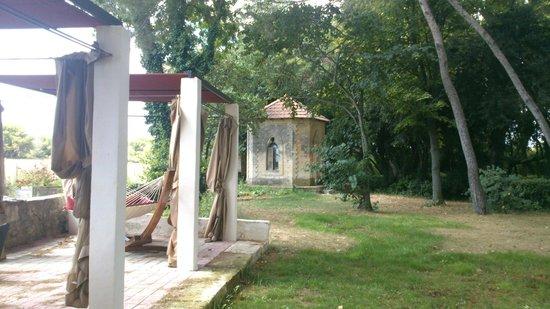 Château Sainte Colombe : Le Prieuré dans le Parc