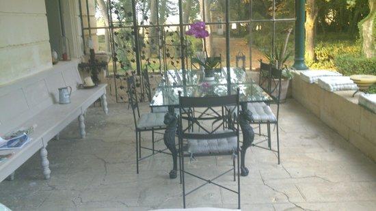 Château Sainte Colombe : Terrasse  couverte petit déjeuner