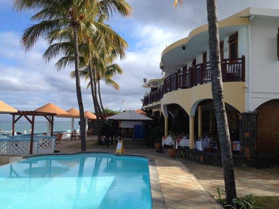 Gold Beach Resort: Espace piscine & restaurant
