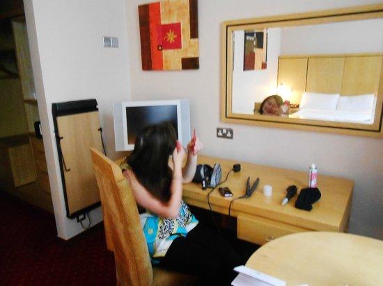 Temple Bar Hotel: Desk, TV, mirror