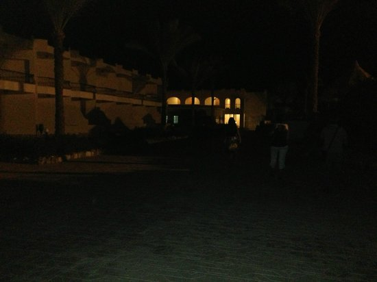 Dessole Alexander the Great Hotel: Viali al buio per risparmiare!