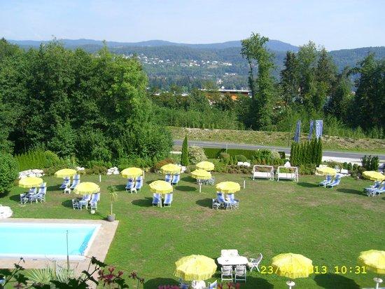 Hotel Schönblick: der Pool lädt zum Baden ein und die Liegewiese zum faulenzen
