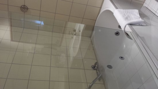 Thon Hotel Maritim: The bathroom