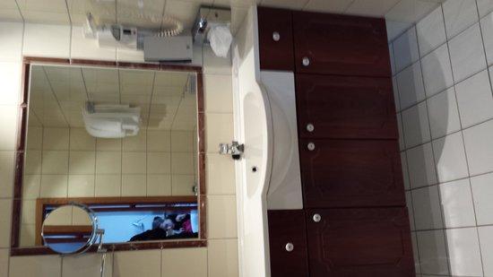 Thon Hotel Maritim: The rest of the bathroom