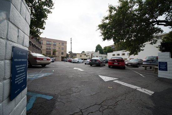 Maison 140 Beverly Hills: Parcheggio dell'hotel