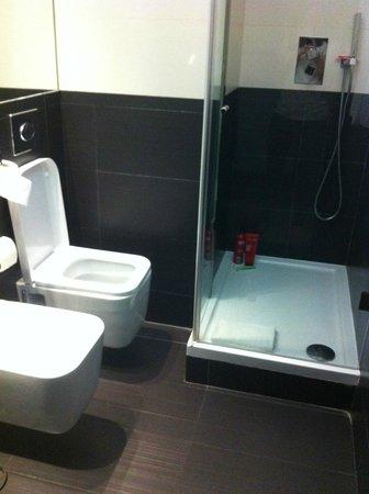 AVANI Avenida Liberdade Lisbon Hotel: Toilettes peu confortables au vu de leur emplacement