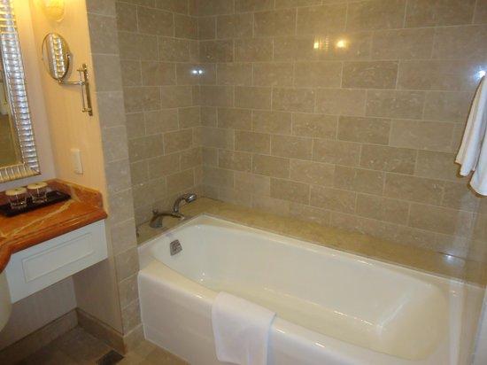 Jeju Sun Hotel & Casino: bathtub
