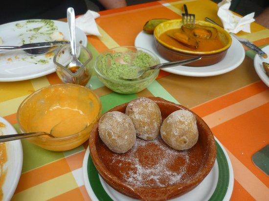 Arcon Tapas: Papas, mojos y mejillones a medio comer