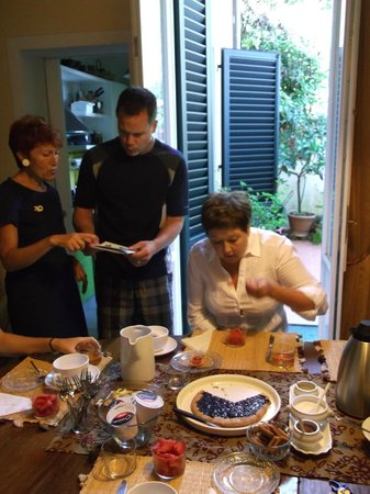 B&B Monte Oliveto: Donatella assisting over Breakfast