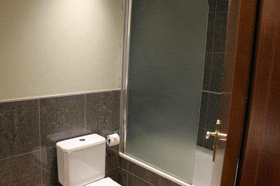 Hotel Colon Rambla: baño