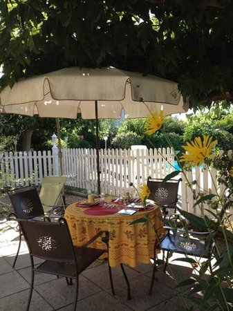 La Vigueirado : breakfast in the garden