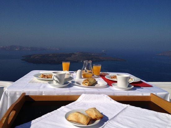 Aliko Luxury Suites: Завтрак на террасе