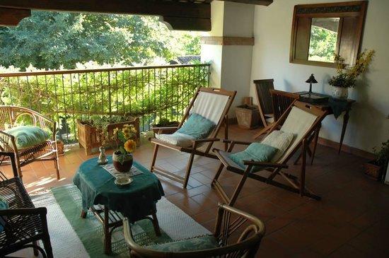 Il Rustico Bed & Breakfast: salotto in veranda coperta