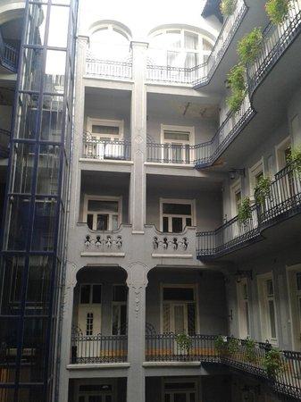 Baross City Hotel: من نافذة الحجرة اشاهد الفندق من الداخل